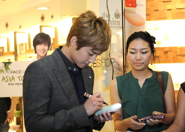 KHJ SIGNS HIS FAVORITE TFS PRODUCT, SKIN-REVITALIZING AND HYDRATING E'THYM MOISTURE LOTION