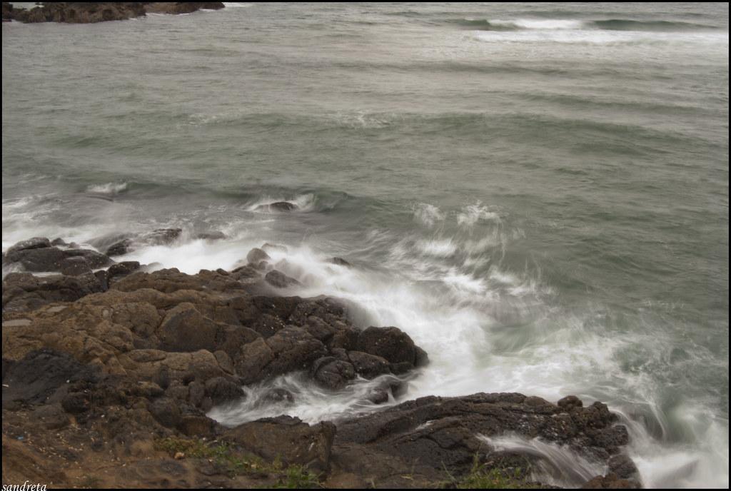 El mar golpea las rocas II