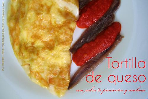 Tortilla de queso con salsa de pimientos y anchoas
