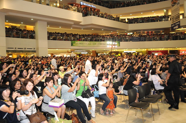 AN ESTIMATED OF 5,000 FANS CAME TO SEE KHJ