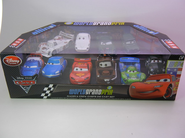 disney store cars 2 world grand prix racer & crew chief diecast set (1)