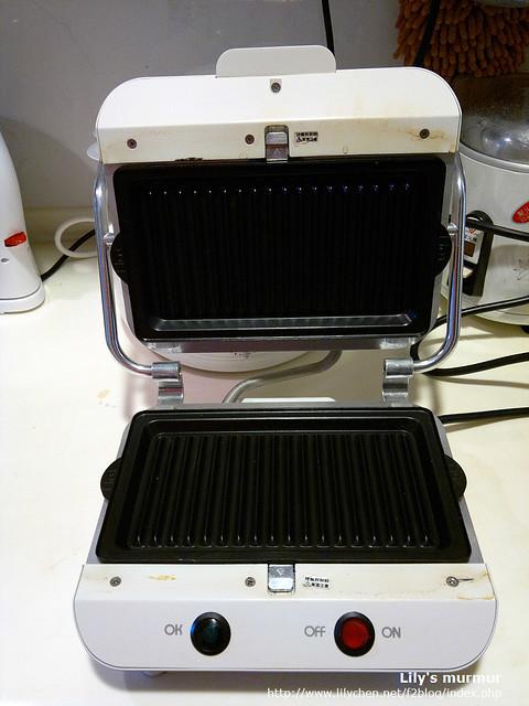Moffle多功能麻糬/鬆餅機打開的樣子,上面放的是Panini烤盤。