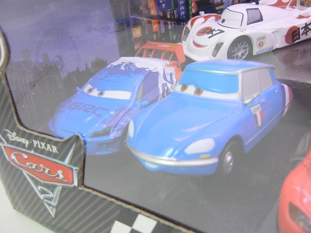 disney store cars 2 world grand prix racer & crew chief diecast set (4)