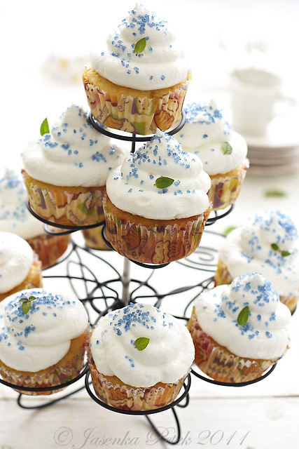 Yellow meringue cupcakes