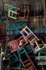 Autoportrait parmis les chaises