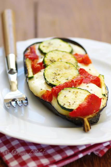 Melanzana ripiena di mozzarella, zucchine, peperoni, olive...