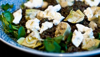 Salade van linzen, geitenkaas, waterkers, artisjok en ingemaakte citroen, naar een recept uit Ottolenghi's Plenty