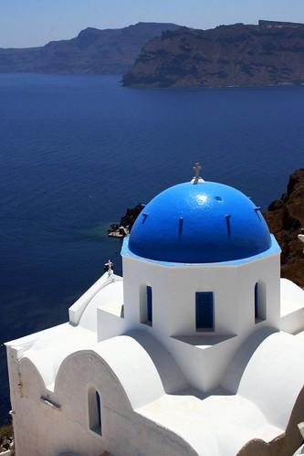 Église orthoxe blanche avec une coupole bleue à Santorin, Grèce