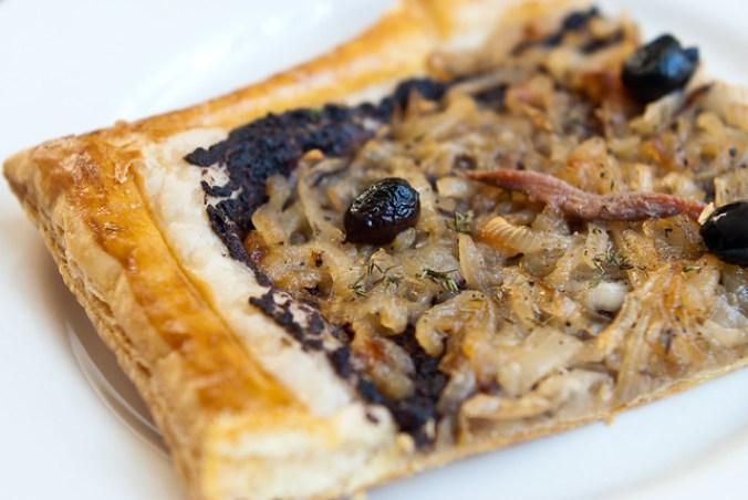 Pissaladière: een soort pizza van gekarameliseerde uien met tapenade en ansjovis