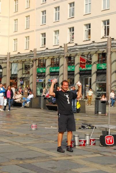 Bob en la plaza Torgallmenningen de Bergen