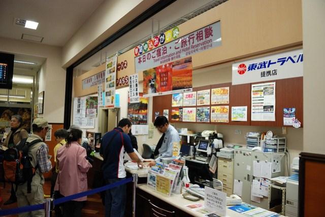 可以在車站裡先買世界遺產的入場券,三個地方總共 1000 yen,不過這裡買的是要兌換的,不太方便,建議直接到入口處購買