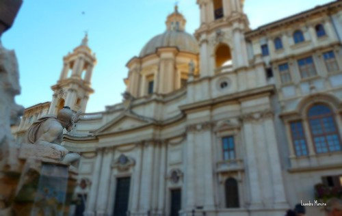 A estátua de Bernini parece se defender da queda iminente da fachada feita por Borromini