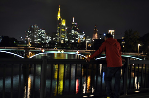 Disfrutando del Skyline de Frankfrut desde uno de los puentes del rio Main, ... aquí está la evidencia del nombre que se le da a Frankfurt como Mainhattan: Memoria de viajes 2012 Memoria de viajes 2012 6269232489 d93194c906