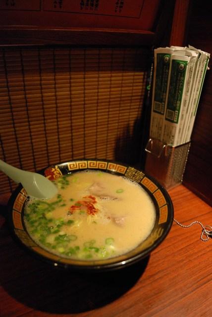這家的特色是可以自己調配湯頭、麵條、蔥量等等變化,味道不錯,湯也喝得完,旁邊的筷子也是特色,包裝紙即為加點的菜單