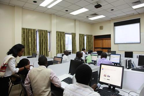 Tsehay Gashaw explains wikis to ILRI Nairobi people