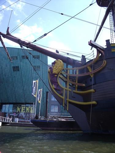 2010.07.14 Amsterdam 04 Blue Boat City Canal Cruise 125 Replica van de Amsterdam voor Science Center NEMO