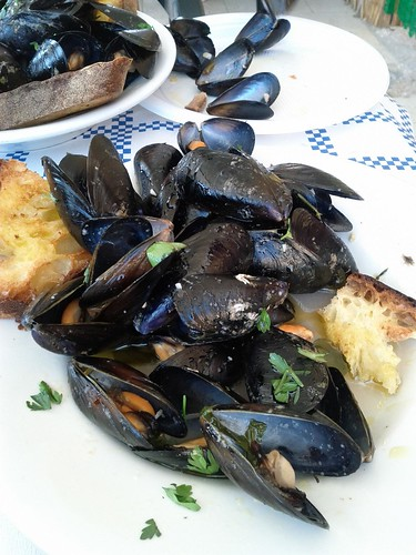 Pepata di cozze - peppered mussels on the beach in Puglia