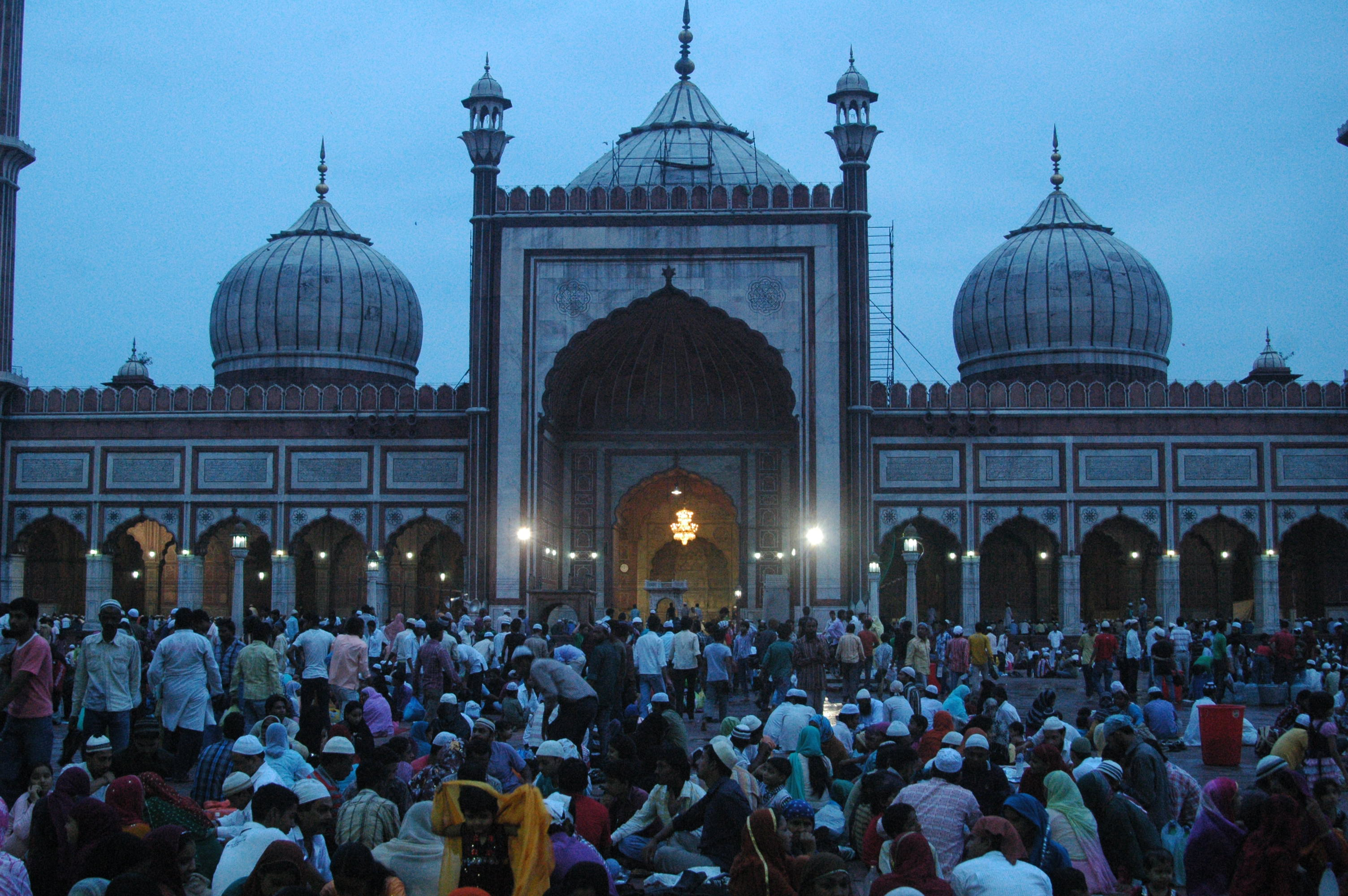 At twilight, huge crowd converges inside the Jama masjid to break their fast