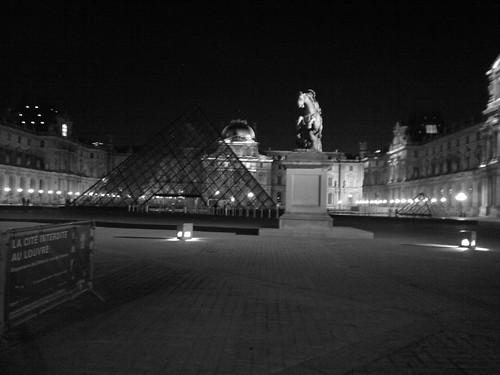 Pirâmide de vidro na frente do Louvre by jailsonrp
