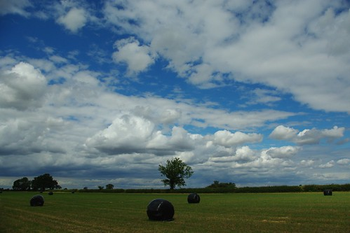 20110814-24_Cloudscape + Rotoballe Hay Bales - Lawford Heath by gary.hadden