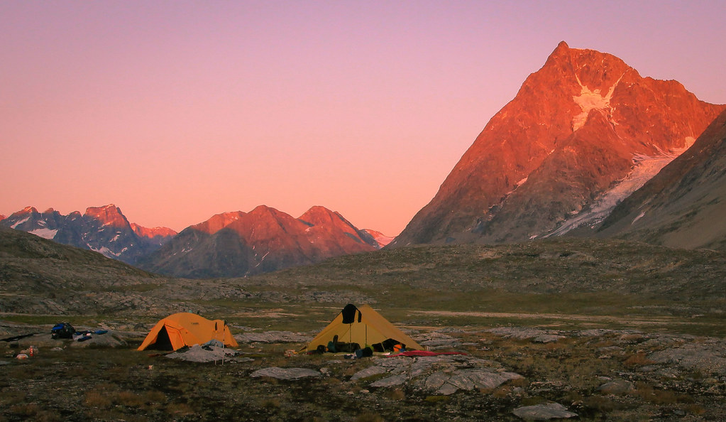4000gr expedition tent Outside Mountain Equipment NOVA (left) and 850gr MSR Twing Tarp (right), Llinera-valley, East-Greenland