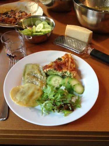 Groententaart, grote ravioli met groenten, komkommers, sla