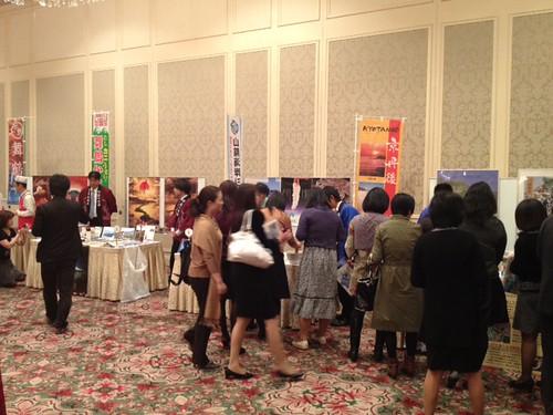 ブースを回る人々。女性ばっかりです。@京都・丹後PRフェアin東京