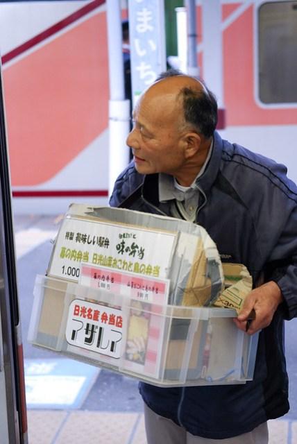 車子停在下今市等換車頭時,上來一個賣便當的歐吉桑,這是第一次在日本鐵道裡看到