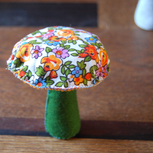 Studio Paars - make your own felt and fabric mushrooms with this easy to follow tutorial with lots of clear pictures. You will need: - spelt (wheat) - wool for filling - rice - bits of felt - needle - pencil - siccors - embroidery thread - bits of fabric - a couple of pins (not pictured) [ felt mushroom tutorial ]