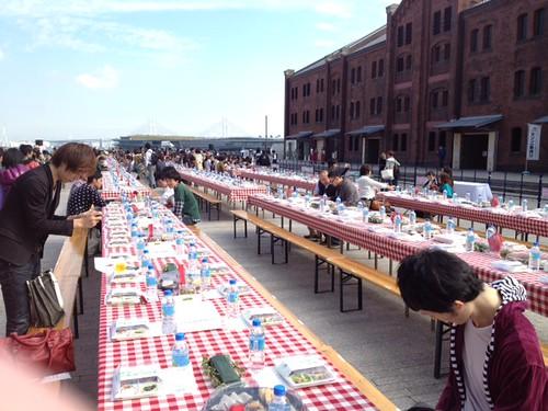 ロングテーブルは100m。1000人分の席があるそうです。いっしょに食べよう。2011@横浜