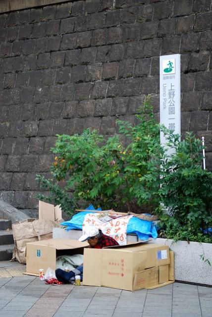 沒想到會在東京看到遊民,他們會在晚上九點多出沒,也不知道從哪來搬來的紙箱,拼湊後就可以睡一晚,隔天早上上班時間又全部消失