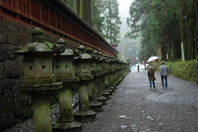 連接二荒山神社和東照宮之間的石子路旁,擺了很多這樣的東西