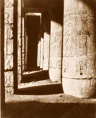 Médînet-Abou (Thèbes) - constructions postérieures - deuxième cour - galerie sud-est [sic], 1851-2, by Félix Teynard