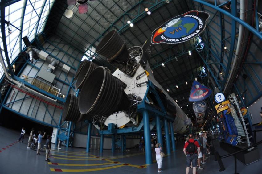 Interior de los hangares donde se exponen todo tipo de piezas de toda la historia de la NASA, es realmente interesante. Además se puede comer la típica pizza que dicen que es lo primero que piden los astronautas al llegar a la tierra, la de Peperoni El último viaje del Transbordador Espacial desde Cabo Cañaveral El último viaje del Transbordador Espacial desde Cabo Cañaveral 5922907322 7cf471f9d3 o