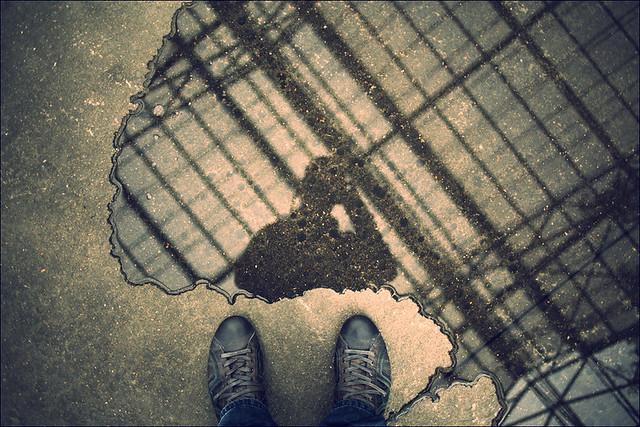 Autoportrait dans une flaque d'eau
