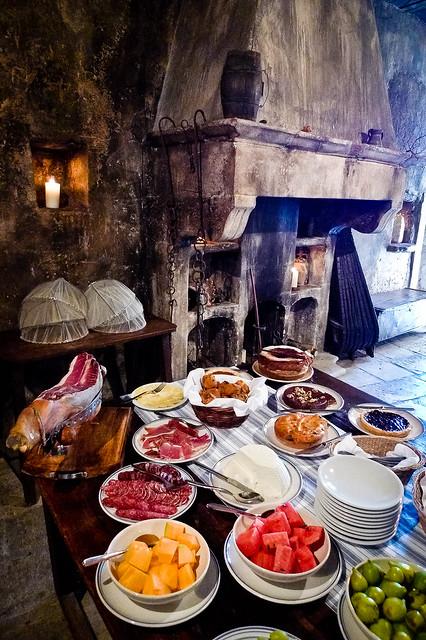 Ontbijtbuffet in oude werkplaats van Albergo Diffuso Sextantio