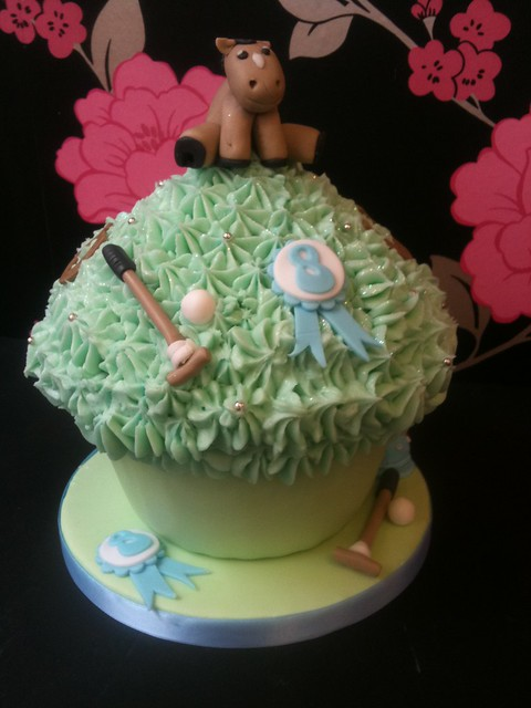 Cirencester Cupcakes - Izzy's 8th Birthday Giant Cupcake