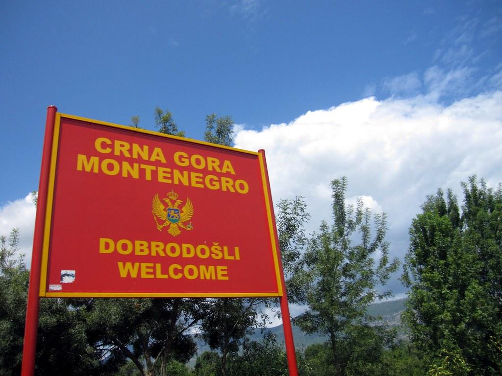 Cartel de bienvenida a Montenegro / Fuente: Flickr, (rinse)