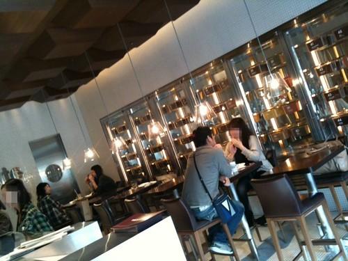 店内は狭いですが、かなりおしゃれ。@100% Chocolate Cafe.