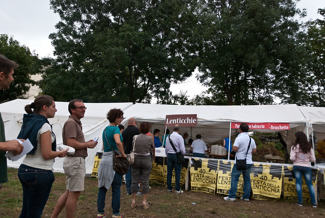 In de rij voor de linzensoep op het Festa della Lenticchia: linzenfeest in Santo Stefano di Sessanio