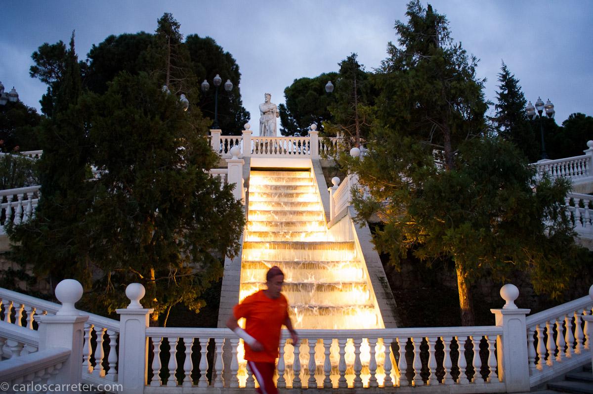 Las escaleras del batallador y un señor de naranja que corre