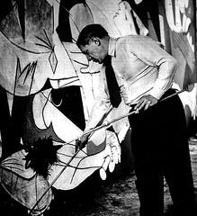 Pablo Picasso pintando el Guernica (París, 1937)