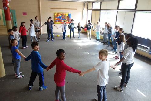 On danse sous le préau le cercle circadien, une danse bretonne !