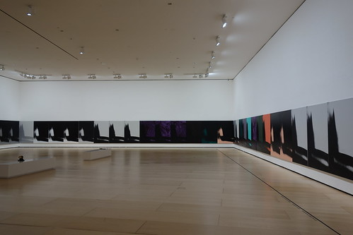 Plus loin, Pelico admire une installation d'Andy Warhol.