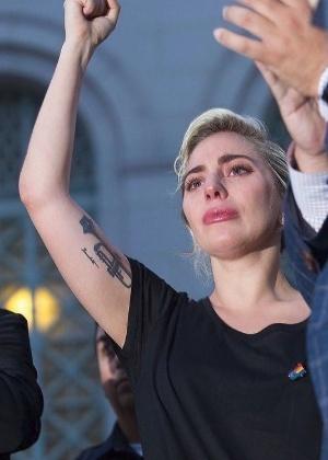 Lady Gaga se emociona ao homenagear as vítimas do atentado nos EUA