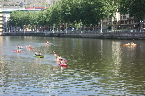 Des enfants font du kayak !