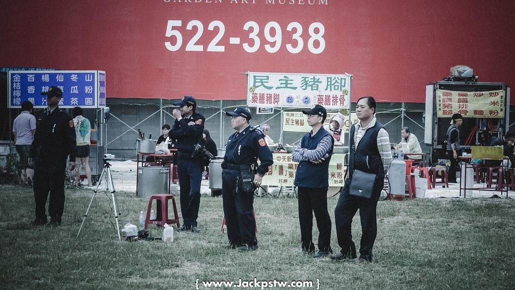 民主豬腳與辛苦警察在反核活動現場