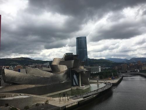 Un dernier coup d'œil sur le musée, dont la teinte a viré vers l'or sous la couverture nuageuse.