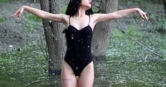 """Der Badeanzug. Die Badeanzüge. Die Frau trägt einen schwarzen Badeanzug. • <a style=""""font-size:0.8em;"""" href=""""http://www.flickr.com/photos/42554185@N00/27498242824/"""" target=""""_blank"""">View on Flickr</a>"""