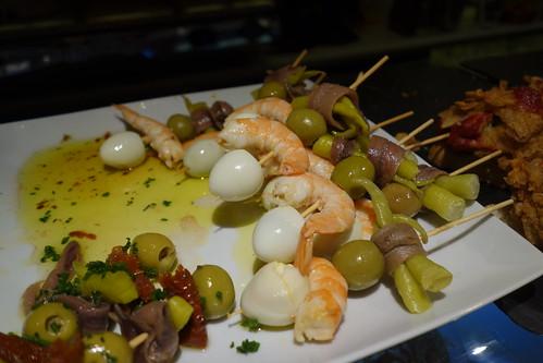 Crevettes, anchois et olives.
